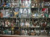 Полки с водкой в музее истории водки.