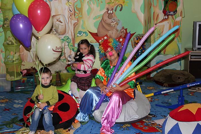 Какие развлекательные центры имеют кафе с детской комнатой в Москве?